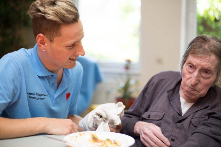 Pfleger mit alter Frau